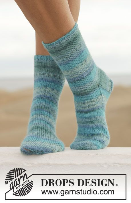 """DROPS ponožky pletené lícovým žerzejem z příze """"Fabel"""". Velikost: 35-43. ~ DROPS Design"""