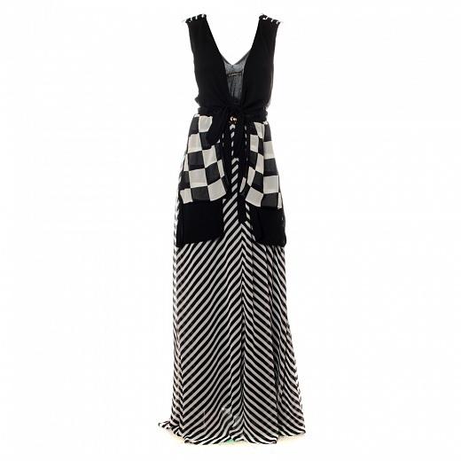 Elegantní dámské dlouhé šaty sčerným zavinovacím živůtkem, černo-bílou pruhovanou sukní a šachovnicovými cípy. Buďte královnouplesu.