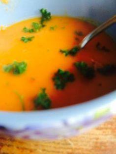 Recept voor heerlijke, gezonde soep van zoete aardappel, wortel en paprika.