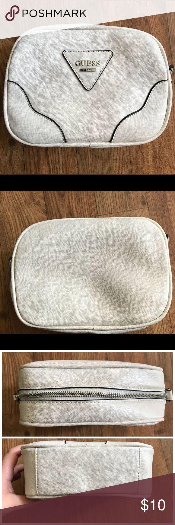 GUESS Clutch / Cosmetic Bag GUESS Clutch / Cosmetic Bag Guess Bags Cosmetic Bags & Cases