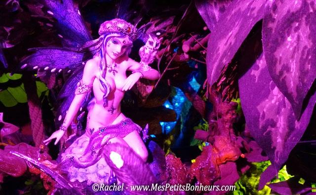 """La Grotte aux Lucioles : c'est un endroit féérique ! Un particulier et sa femme ont lancé ce concept il y a 14 ans pour offrir du rêve à ceux qui ont gardé leur regard d'enfant, en les faisant entrer dans un monde imaginaire décoré de mille lumières encastrées dans une ambiance de grotte aux nombreuses cavités, chacune recelant plusieurs personnages soigneusement mis en scène. """"Personnage avec un hibou""""."""