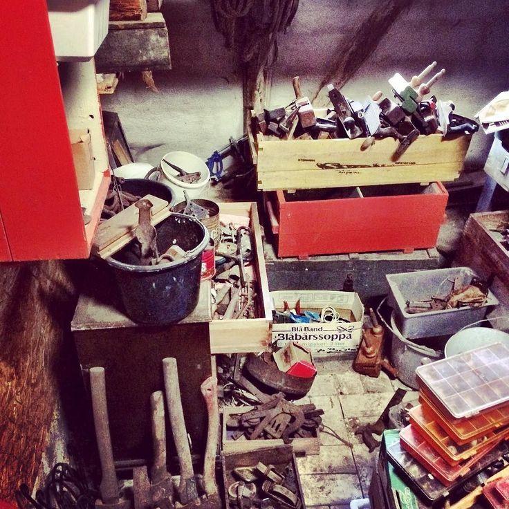 Den gamla vedboden är numera ett gigantisk lattjolajban rum med gamla lås verktyg o krafs.  Guld värt när man behöver en profilhyvel gamla träskruvar eller som nu när jag bygger e garderob inne med gamla ytterdörrar o behöver tidstypiska gångjärn. Det hittar man där. Plus att bara gå in o rota rundor där ger uppslag till nya återbruksbyggen. . . . #butikgul #gammaltosledet #polannet #bonnakafe #inredning #lantligt #loppis #loppisskåne #utflyktskåne #skåneloppis #retro #retrobutik #antik…