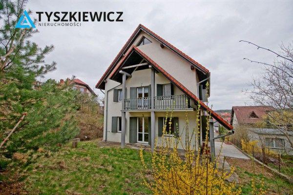 Dom wolno stojący w okolicy domków jedno i wielorodzinnych. Dogodny dojazd zarówno do centrum Gdyni jak i Sopotu oraz obwodnicy. Powierzchnia to aż 463 m2, dom składa się z 6 pokoi. Do nieruchomości przynależy garaż dwustanowiskowy oraz piwnica. W domu ponadto pomieszczenie na poddaszu do adaptacji. #gdynia #dom #willa #relaks #oaza #trojmiasto CHCESZ WIEDZIEĆ WIĘCEJ? KLIKNIJ W ZDJĘCIE