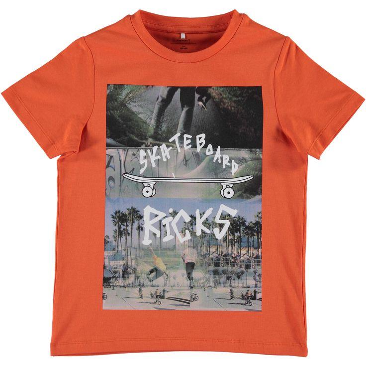 Oranje jongens tshirt NITDIM van het merk Name-it. Deze tshirt is voorzien van korte mouwen en een ronde hals. De shirt heeft een grote print met een skateboard. Vervaardigd uit organic katoen.