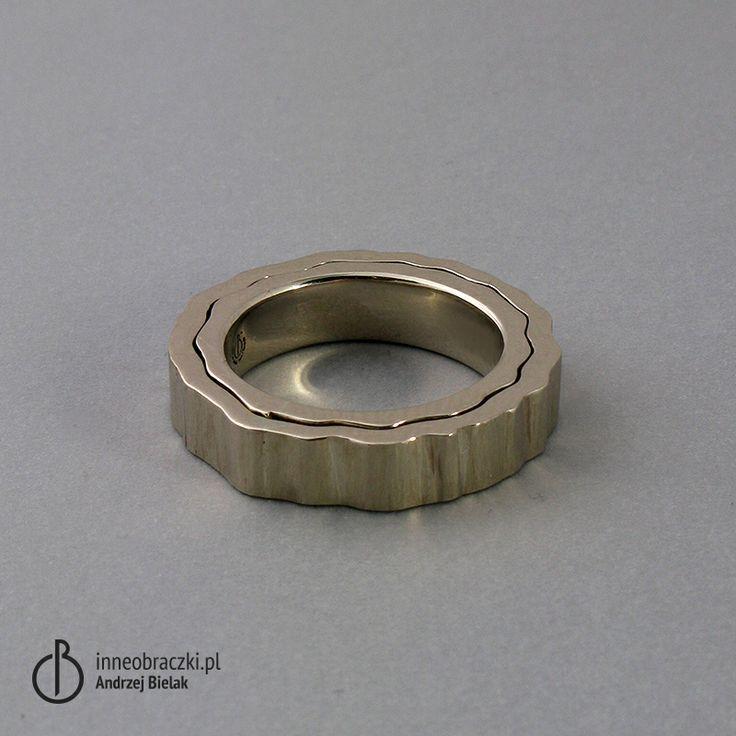 Obrączki wykonane z jednego wlewka białego  złota, powierzchnia po piłce.