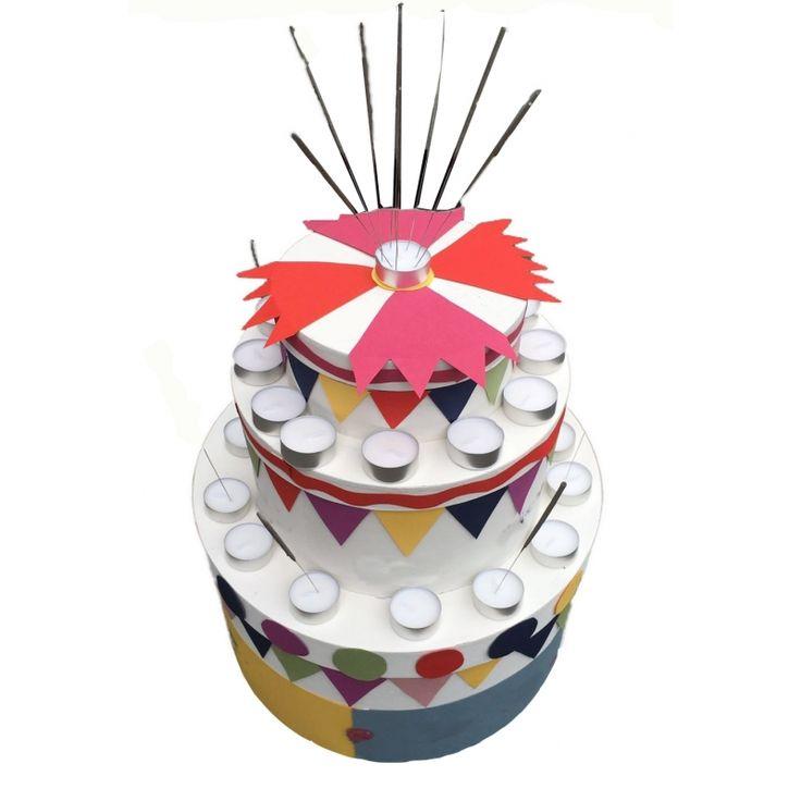 Taart surprise maken bouwpakket. Compleet basis bouwpakket om een taart surpise te maken. Dit pakket bestaat uit de basismaterialen en instructies die u nodig heeft om een taart te knutselen van ongeveer 41 x 35 cm, zoals op de eerste afbeelding (hoofd afbeelding). Daarna kunt u de surpise naar eigen wens versieren en personaliseren. Om deze taart te maken heeft u zelf nog een aantal materialen die niet in het pakket mee geleverd worden: - Penselen om te verven - Lijm - Schaar Ruimte voor…