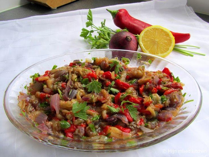 Közlenmiş biberli patlıcan salatası (Turkse salade van geroosterde aubergine, puntpaprika en ui)