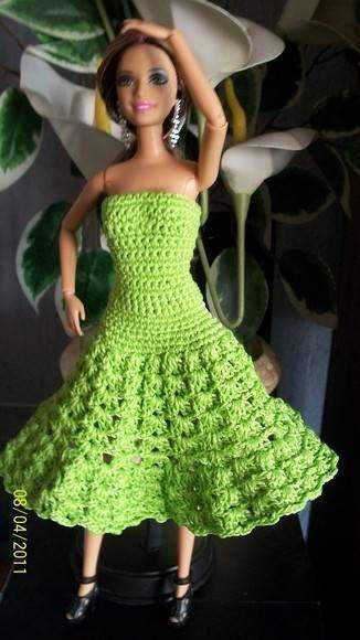 Vestido de boneca feito á mão em crochê com linha de seda na cor verde pistache . Para Barbie,Susi,Hana Montana e similares . R$ 25,00