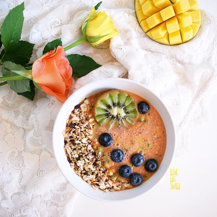 Vegan Papaya Smoothie with Granola and other noms