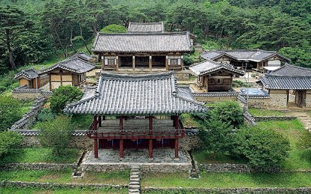 [Dodong Seowon in Dalseong, Daegu, was built in 1568 to commemorate Kim Gwoing-pil, one of the great scholars. It was burnt down during the Japanese invasion in 1592 and its shrine was reconstructed in 1604.]