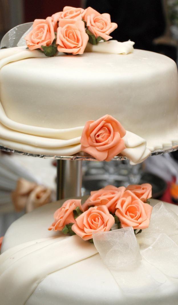 Kake i to etasjer med oransje roser  http://kakene.no