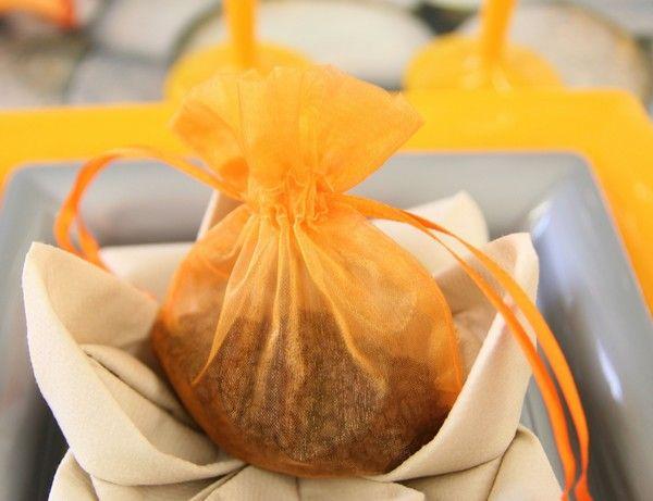 Pour offrir des dragées (ou des confiseries) aux invités, nous avons opté pour un simple sachet en organdi... Nous l'avons déposé sur un pliage de serviettes en forme de nénuphar.