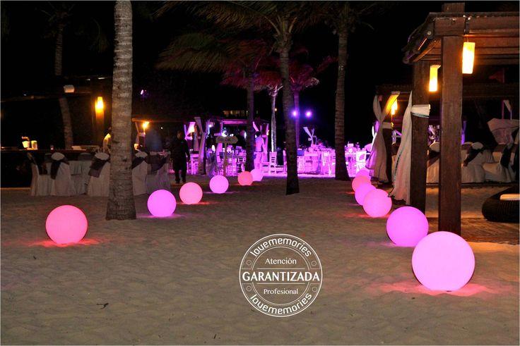 esferas gigantes iluminadas  ideal para eventos en exterior o areas muy obscuras como la playa.  #LoveMemories #Weddings #CreandoMomentosMemorables