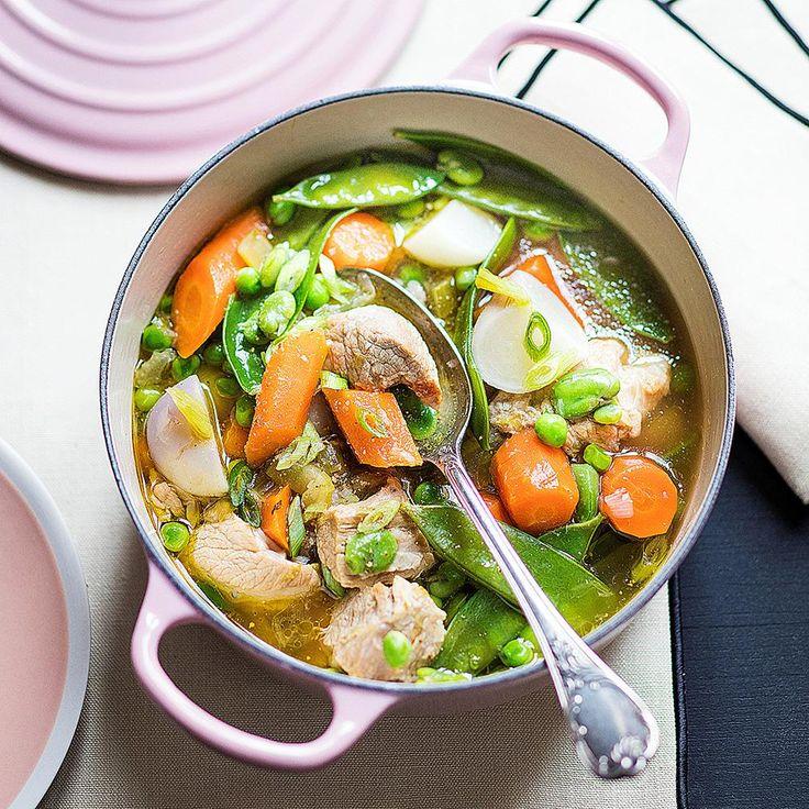 Détailler la viande en morceaux réguliers, saler, poivrer. Dans une grande cocotte, faire chauffer l'huile d'olive, puis y faire revenir les morceaux de v
