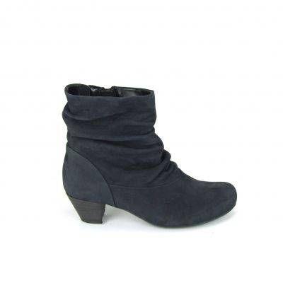 Prachtige enkellaarzen van het merk Gabor, model 76-671! Deze laarzen zijn uitgevoerd in donkerblauw nubuck leder. De schacht van de enkellaarzen is geplooid en aan de binnenkant zit een lange rits en een elastieken inzetstuk voor gemakkelijk aan- en uittrekken. De hak van de laarsjes is leder bekleed en heeft een hoogte van ong. 4 cm. Nu online te bestellen via Shoehoo.nl!
