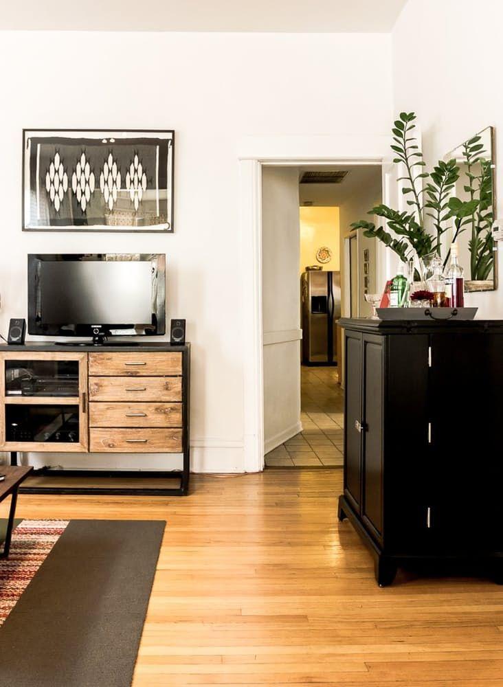 Современный скандинавский интерьер: чёрный комод в гостиной