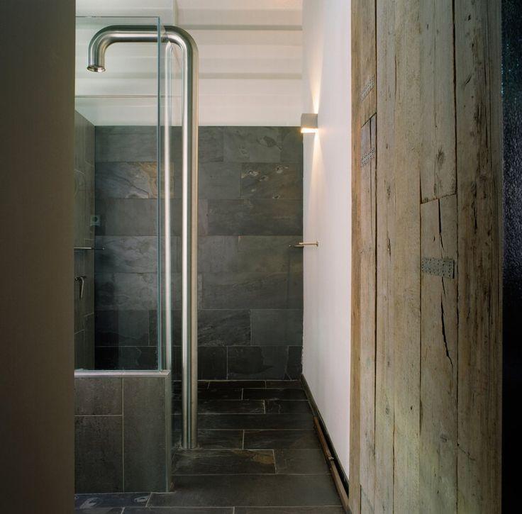 Voor het bijzondere huis van familie van Rijn uit Burgerveen leverde Nibo Stone leistenen vloeren voor de woonkamer, keuken en badkamer.