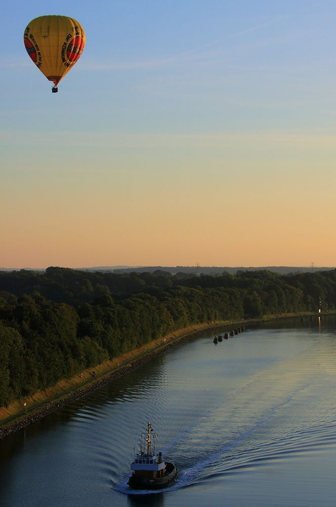 ...übern Kiel-Kanal ....  | Foto: Olaf Eggert at http://www.fotocommunity.de/pc/pc/display/18524661 | CC BY-NC-ND 2.0 DE http://creativecommons.org/licenses/by-nc-nd/2.0/de/deed.en