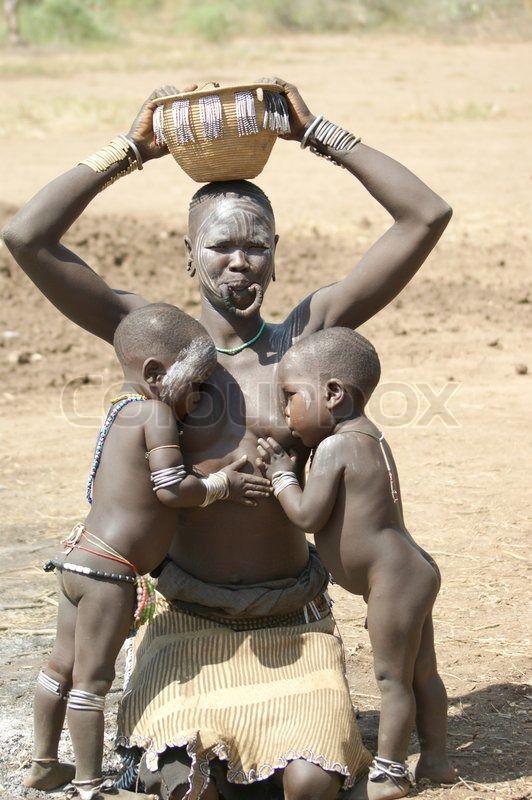 Editorial image of 'Contacts vitaux chez les Mursi, vallée de l'Omo, Éthiopie'