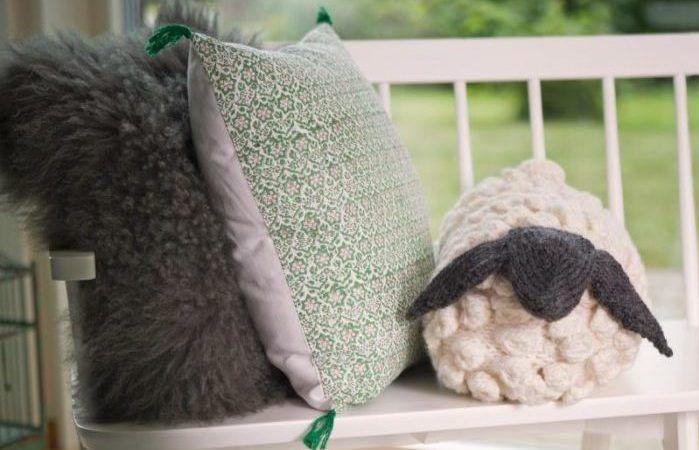 Höstens tveklöst sötaste kudde är den med formen av ett får. Gratis mönster och beskrivning finns här!