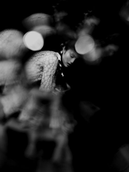 Avevo perso la parte migliore di me stesso, Come sempre quando un amico se ne va, un'ancora strappata al cuore del mio essere, un pezzo del mio cuore insanguinato appeso a quell'ancora levata, e non era solo vino quello che mi colava dagli occhi, erano lacrime delle mie lacrime, quell'inesauribile riserva di sofferenza , il vitigno così fertile del dolore di vivere, così profondamente radicato nella nostra terra di lutto.