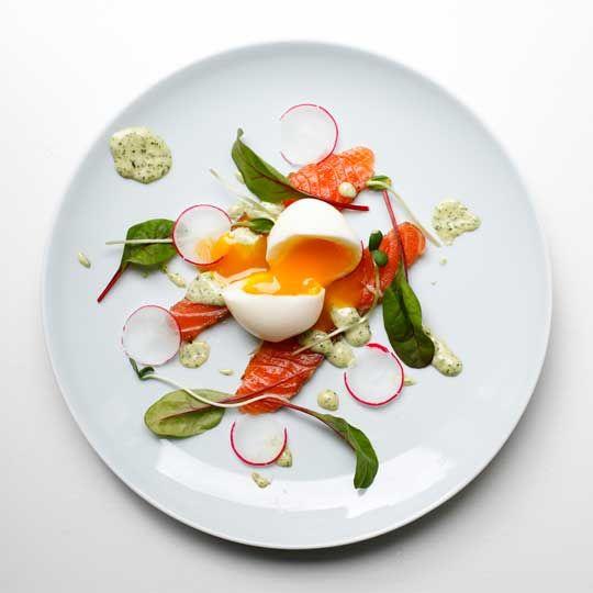 Rimmet laks med estragonmayo, æg og grønt