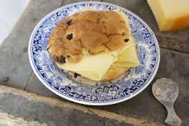 Krentenbol met oude kaas. En de krentenbollen kan je zelf bakken. Recept natuurlijk op Nederlands Dis. Want het is mooi om je eigen brood te bakken.