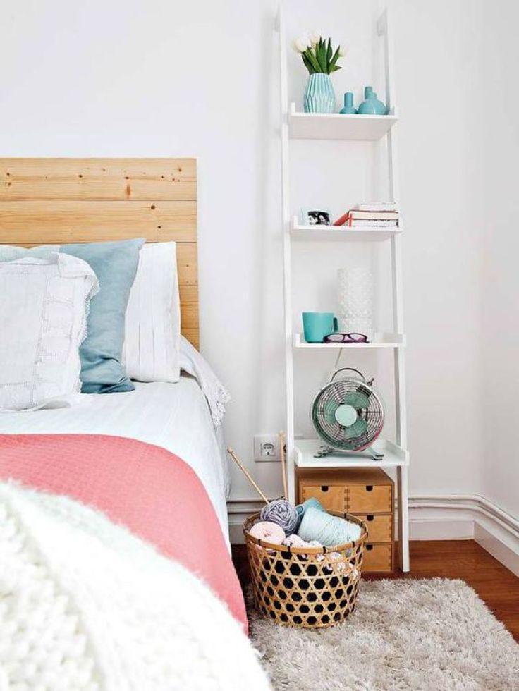 Mais adaptada para ser usada como estante, esta escada abriga diversos objetos e serve também de criado-mudo