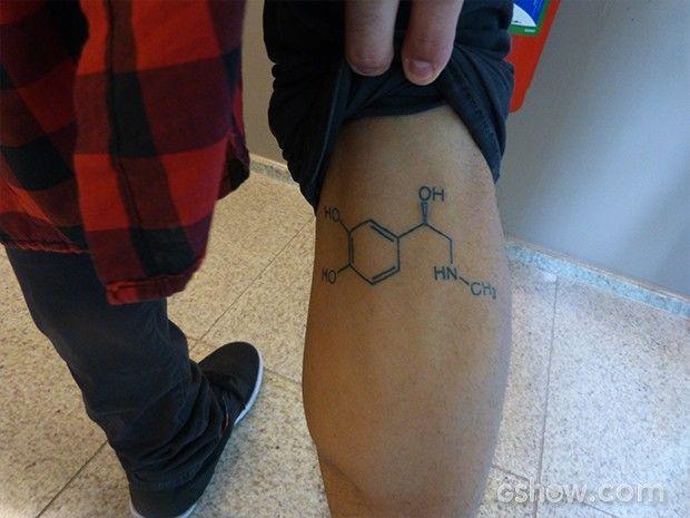 Titto exibe a tatuagem que fez na panturrilha: a química da adrenalina  (Foto: Caldeirão/TV Globo)