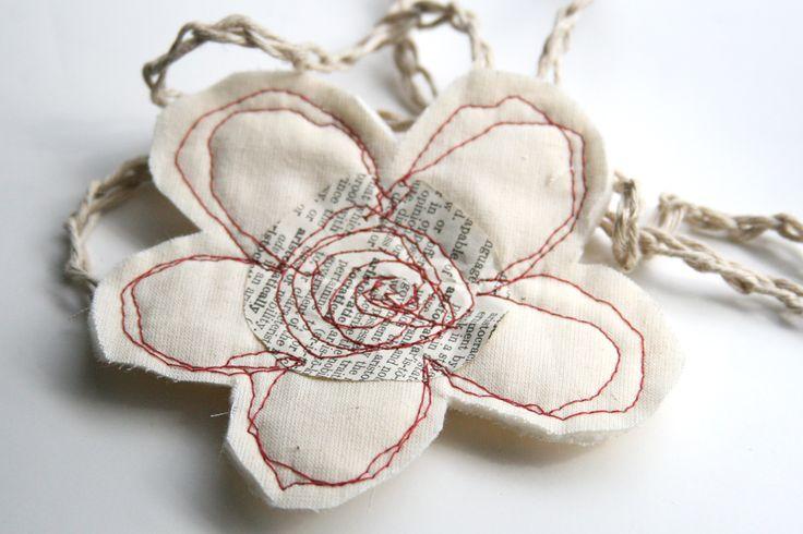 fleur en tissu et vieux papier cousu (tuto)