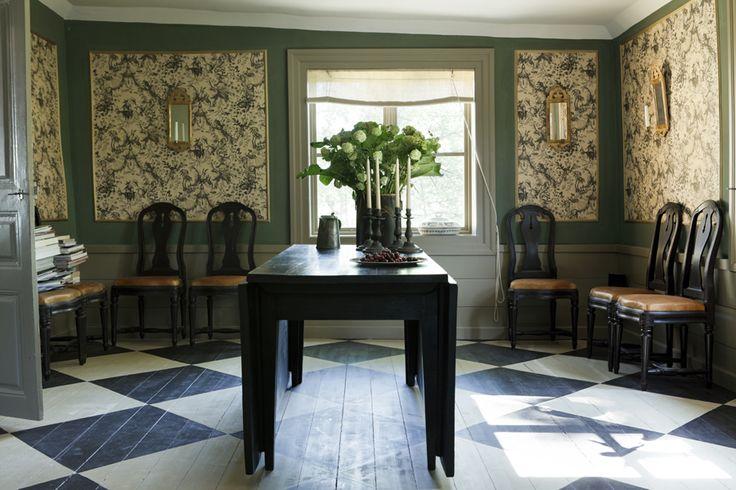 Matplatsen med nytillverkade skinnklädda gustavianska stolar och ett antikt herrgårdsslagbord med pl...