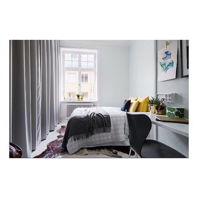 Tips för garderobslösning  Om ni redan har garderob på plats kan man ta bort dörrarna helt och sätta dit gardiner istället.  Rummet får en helt ny känsla och gardinerna skapar en ombonad och lyxig look.  I det här sovrummet ersattes garderobsdörrarna med skena och gardiner.  Skenan har monterats direkt i taket, gardinerna som sytts med veckband är krokade med 2-fi