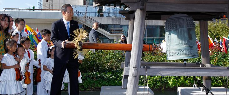 Secretary-General Ban Ki-moon rings the Peace Bell at the annual ceremony held at UN headquarters in observance of the International Day of Peace (21 September).