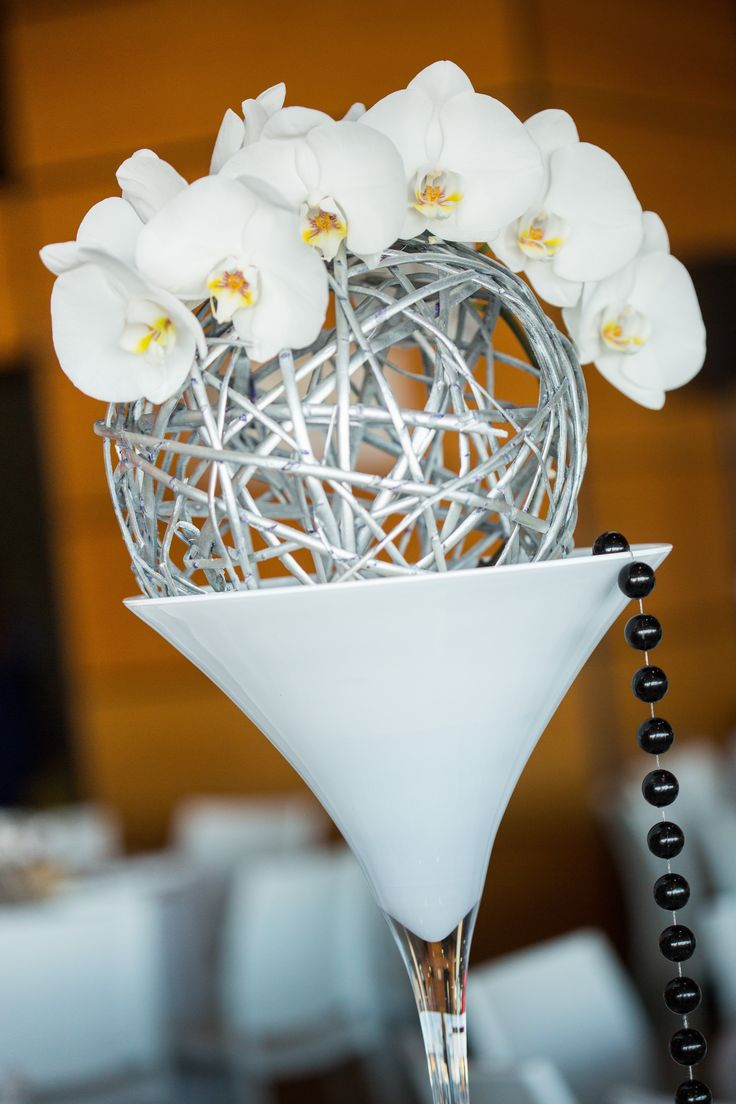ONE DAY EVENT,  vase martini blanc, orchidées blanches, perles