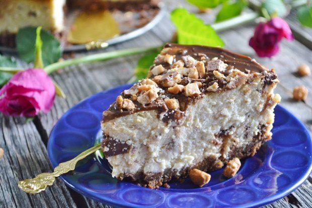 Jaglany 'sernik' to ciasto ciężkie, sycące i obłędnie smaczne. Stanowi porządną dawkę węglowodanów, jednak dzięki roślinnym składnikom to także solidna porcja składników odżywczych. Polecamy zarówno do porannej kawy oraz jako przekąskę przed lub po treningu.