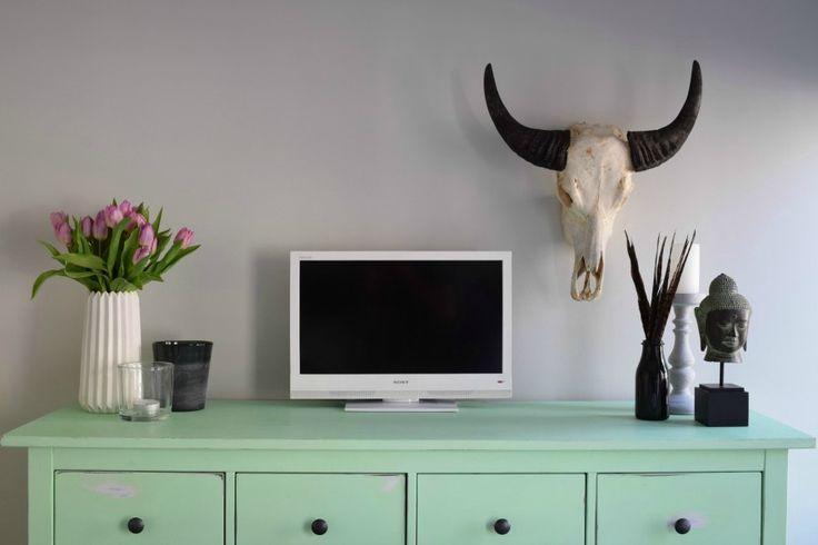 Leuke accessoires op de slaapkamer. Dressoir geschilderd in antieke groene kleur en doorgestuurd. #Amsterdam