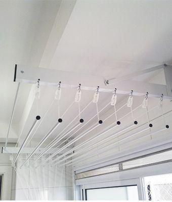 Individual Nos modelos individuais, cada vareta (um tubo de alumínio) substitui a corda tradicional.  Tem um mecanismo individual para subir e descer.  Isso reduz o peso do varal e facilita na hora de pendurar poucas peças de roupa, já que não é necessário mexer toda a estrutura, e sim apenas a que se pretende usar.  O modelo precisa ser instalado num local onde haja parede lateral ou parede com extensão maior que o comprimento do varal, para fixação do suporte do varal( comando).