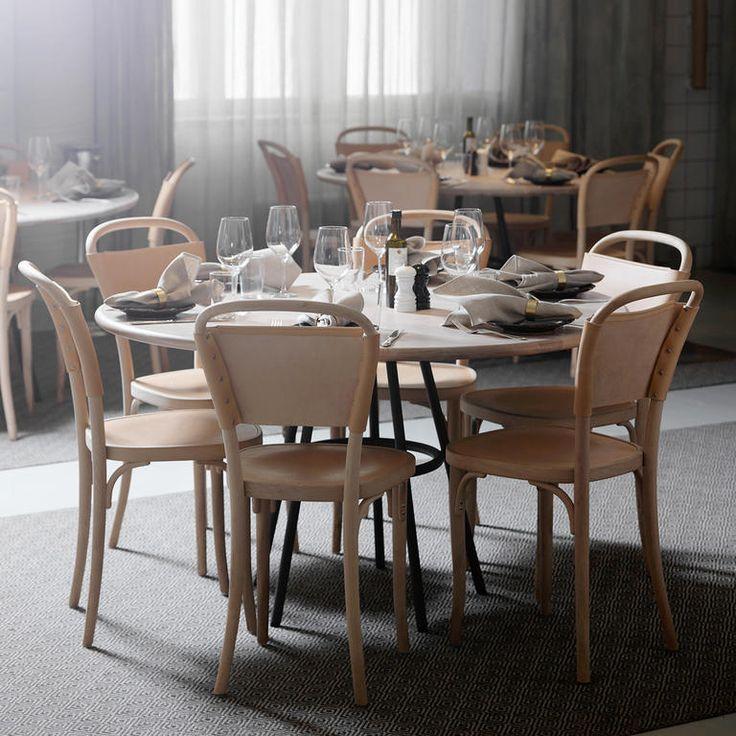 Vilda 3 är en enkel stol med ett fantastiskt formspråk som är både lätt och vackert, formgiven av Jonas Bohlin för Gemla. Stolen kan köpas med hårdvaxoljad ytbehandling i både bok och ask samt svartlackerad bok. Eftersom Vilda-stolen finns i flera olika modeller, alla med sina egna vackra detaljer, är det enkelt att hitta en favorit bland Gemlas nutida klassiker.