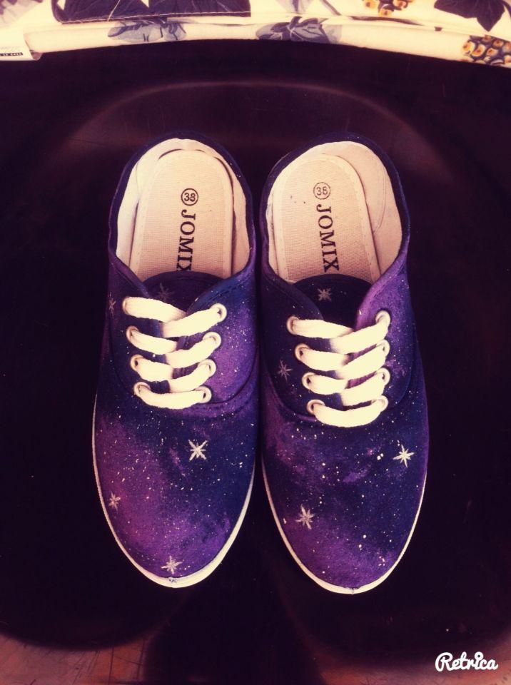 Scarpe realizzate a mano con tematica galassia