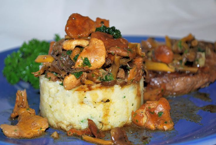 Polenta cremosa con steak y hongos