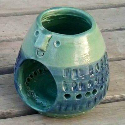 Luminaria realizada en torno. Calada y  esgrafiada. Patinada con oxido de cobalto esponjeado.  Vitrificada con esmalte Verde Turquesa (2020 Crecer)