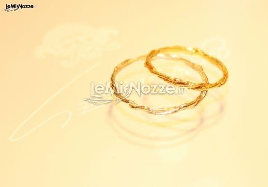 http://www.lemienozze.it/operatori-matrimonio/gioielli/germano/media/foto/13  Fedi nuziali sottili in oro giallo