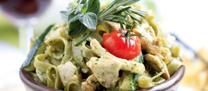 Echt lekkere pastasalade met onder andere kip, pesto, tomaat en parmezaanse kaas, heerlijk als maaltijdsalade of bij een zomers buffet, recept gekregen van een...