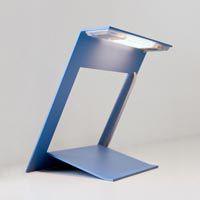 Lâmpada de mesa para interior, construída em aço pintado com cabo revestido a tecido de cor. Liga e desliga sistema touch. Regula a intensidade da luz.