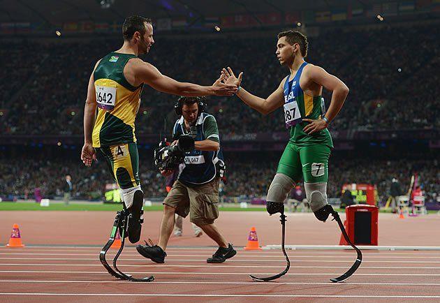 O brasileiro Alan Fonteles (d) entrou para a história do atletismo paralímpico ao derrotar Oscar Pistorius (e) nos 200m da classe T44 em Londres 2012. O sul-africano foi o primeiro atleta paralímpico
