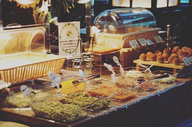 ZETのランチ営業✨😄 ZETのランチはお腹いっぱい食べられます‼️😄 ピタパン🥙食べ放題‼️8種類のドリンクも飲めてお得‼︎ スペアリブや牛ハラミなどの人気のメニューもご用意してお待ちしてます‼️😊 #ZETthewestandgrill.#二次会#アフターパーティ#結婚式#ハッピーアワー#山下公園#肉#グリル#ウエディング#アニバーサリー#レストラン#個室#ランチ#サラダ#ドリンク#ピタパン食べ放題#インスタ映え #スペアリブ#ステーキ#イタリアン#フレンチ#ワイン#ビール#カルフォルニアワイン#yokohama#wedding#yamashita