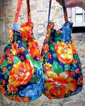 sacos de chita forrados com tecido liso 100% algodão e alça bordada a mão! detalhe do fechamento de botão de acrílico. pode ser usada d...