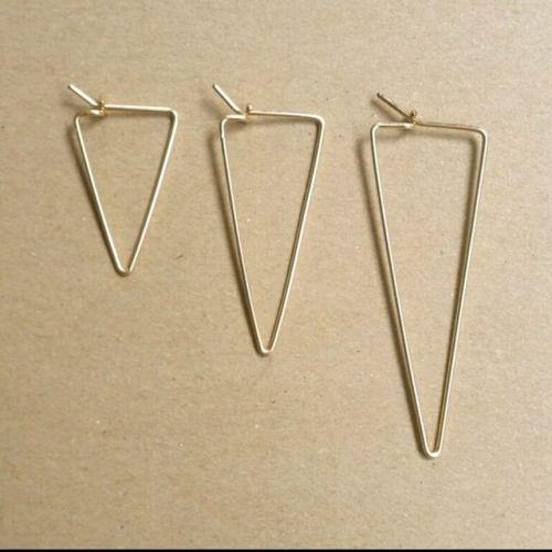 Triangle Wire Hoops;pick a size. Link in bio! #bonbonboutique #jewelry #amsterdam #earhoops #hoops #goldfill #rosegoldfill #sterlingsilver #handmade #clickandgo (bij BonBon Boutique)