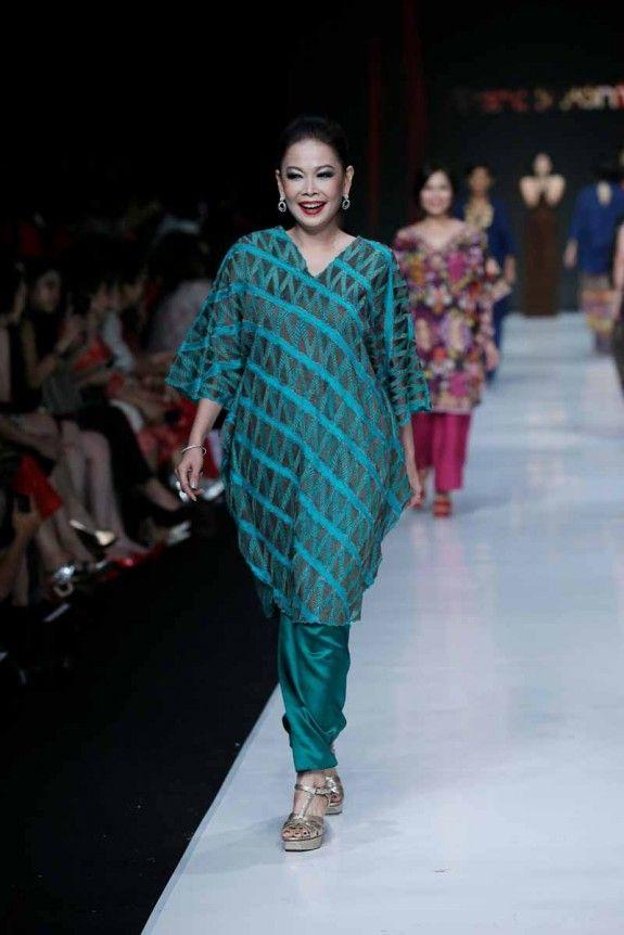 JAKARTA, Nov 7, 2013/ — Designer Oscar Lawalata unveiled his latest collection at Yayasan Jantung Indonesia fashion show during Jakarta Fashion Week 2014 at Senayan City on October 22, 2013 i…