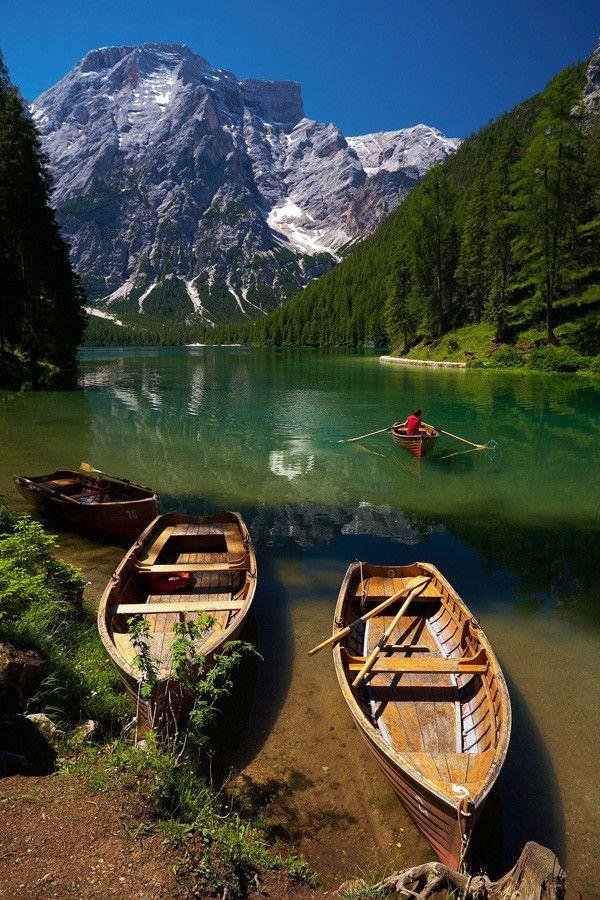 Fotografia przedstawia Lago di Braies w Dolomitach we Wloszech